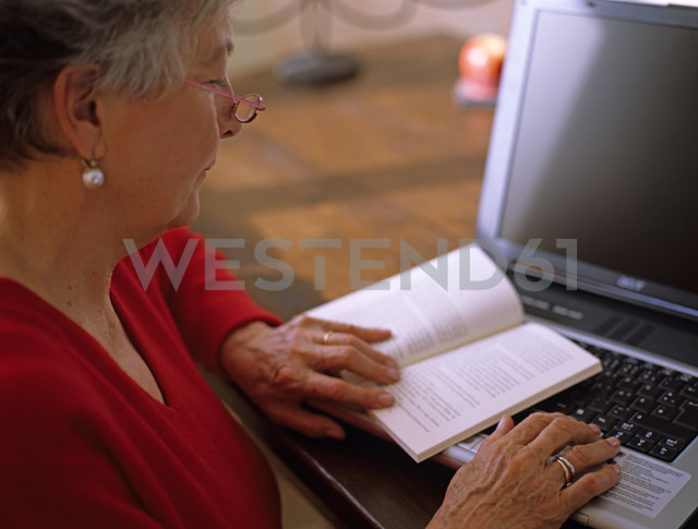 Senior woman reading book - DK00077 - Daniel Krölls/Westend61