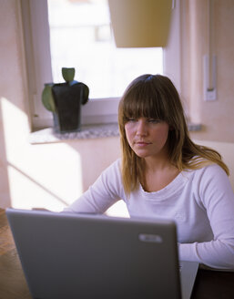 woman in front of a laptop - DK00073