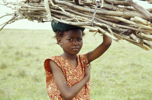 Girl carrying firewood, portrait - 00882MS