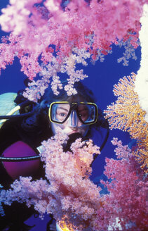 Female scuba diver, portrait - 00043GN