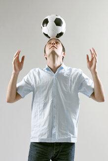 man balancing ball on head - LDF00029