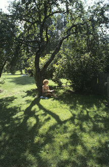 Woman sitting under tree - HH00090