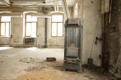 old stove in empty room - 00103BM-U