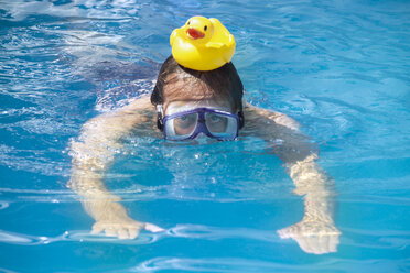 Man swimming with a rubber duck on his head - 02166CS-U