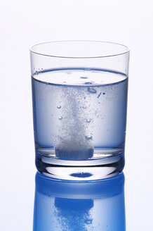 Tablet in glas of water - THF00086