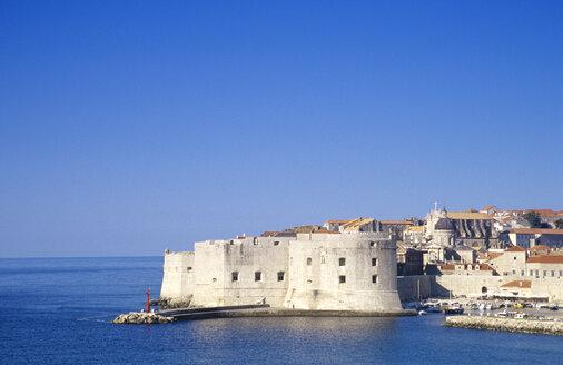 Croatia, Dubrovnik, walled cityscape by coast - GSF00520