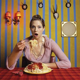 Young woman eating spaghetti - JLF00070