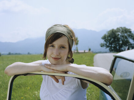 Woman leaning on car - NH00070