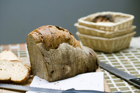 Bread and knife on table - HOEF00027