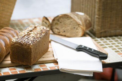 Bread and knife on table - HOEF00024