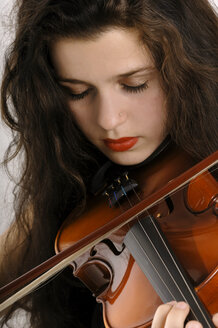 Young woman playing violin, close-up - 00019LR-U