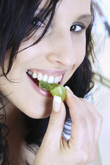Young woman eating grape - MAEF00006