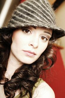 Woman with striped hat, portrait - BM00279