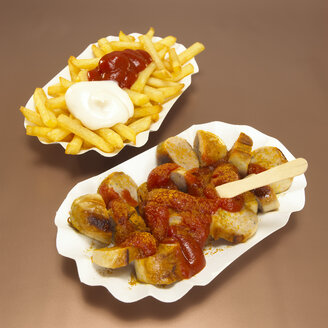 Currywurst and French fries with sauce in plate, close-up - WESTF00393