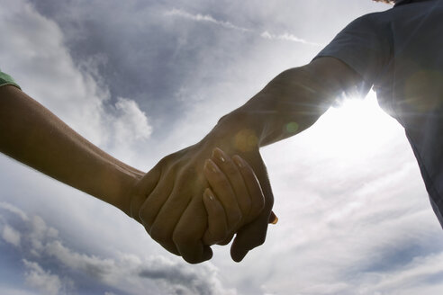 Couple holding hands, close-up - CLF00238