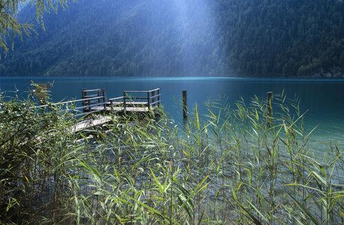 Austria, Carinthia, Weissensee, pier at lake - HSF00968