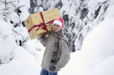 Young man carrying gift on shoulder - HHF00557