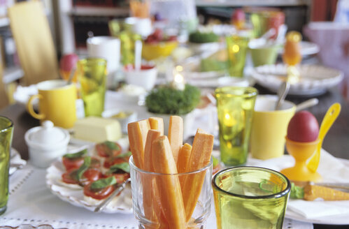 Easter table setting, focus on carrot slices in glass - NHF00155