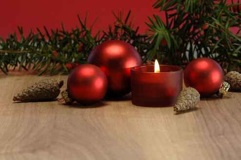 Christmas decoration with burning candle and christmas baubles - ASF02511