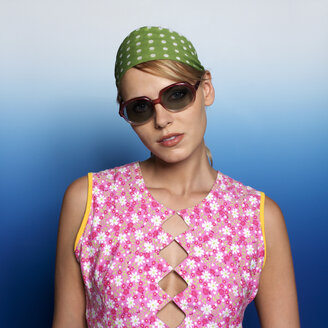 Woman with headscarf and sunglasses, portrait - JL00160
