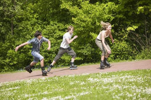 Teenagers inline skating - KMF00201