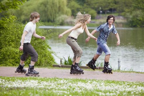 Teenagers inline skating - KMF00198
