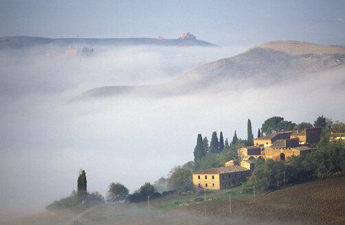 Italy, Tuscany, homestead near Asciano - HSF00979