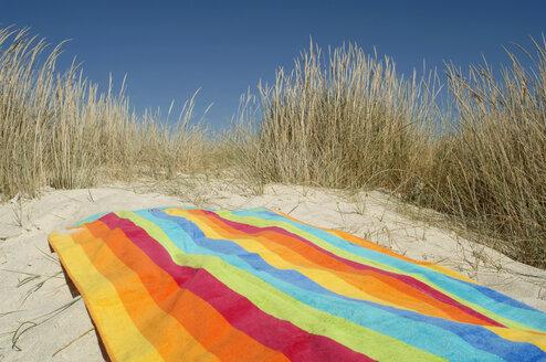 Towel on beach - CRF01023