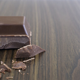 Single piece of chocolate and chocolate chips, close-up - COF00099