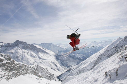 Germany, Damkar, person jumping ski, side view - FFF00692