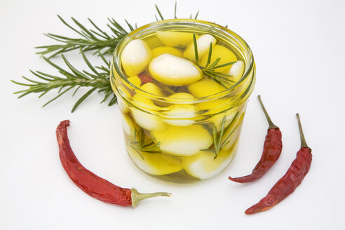 Homemade pickled garlic, close-up - GWF00362