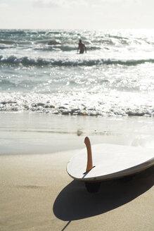 Spain, Fuerteventura, beach scenery with surfboard - UKF00139