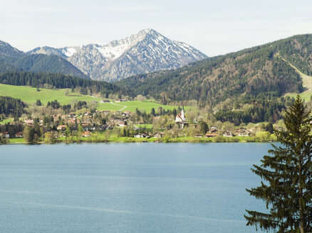 Germany, Bavaria, Tegernsee and mountains - KMF00665