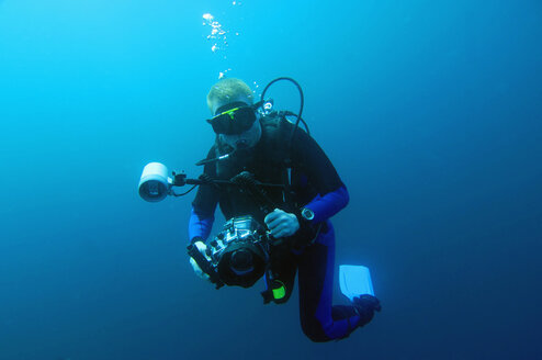 Diver with underwatercamera, Galapagos - MBF00685