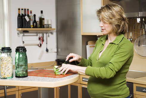 Pregnant woman in kitchen - NH00381