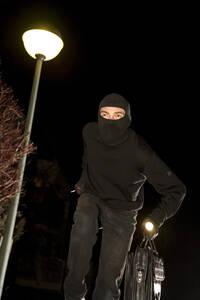 Burglar on the run - MAE00310