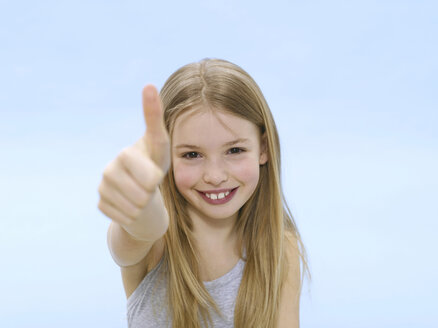 Girl, thumbs up, portrait - WESTF05339