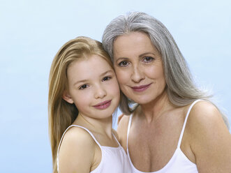 Grandmother and granddaughter, portrait - WESTF05324