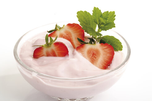 Strawberry cream in bowl, close-up - 06770CS-U