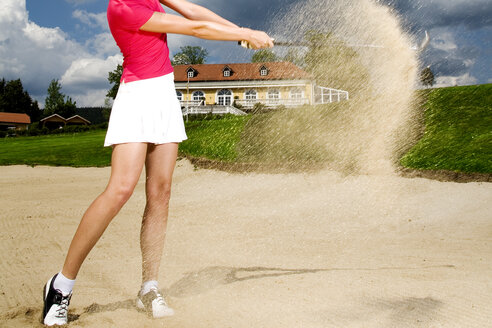Young woman playing golf - MAEF00395