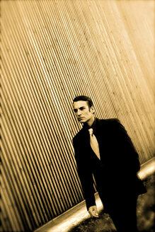 Man wearing suit, walking - OW00842