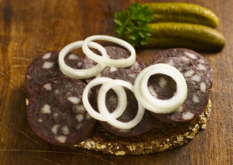 Slice of bread with blood sausage and onion rings, close-up - KSW00040