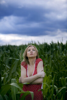 Woman in corn field shivering, portrait - MFF00327