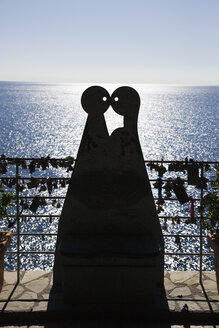 Italy, Liguria, Via dell'Amore, Sculpture of kissing people - MRF01043