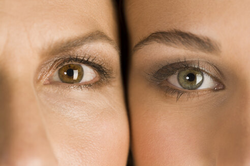 Mature mother and daughter, heads together, portrait, close-up - RRF00073