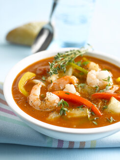 Soup with shrimps and thyme, close-up - KSWF00064