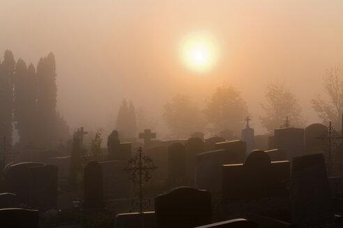 Germany, Bavaria, Hohenpeißenberg, Grave yard at dawn - FOF00405