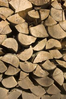 Piled firewood, close-up - MUF00083