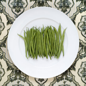 Green beans on plate, elevated view - MU00130