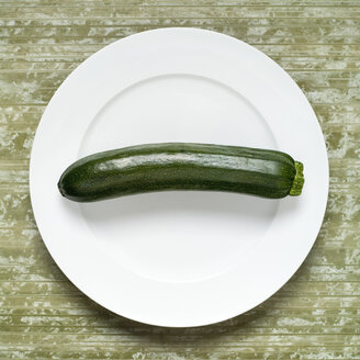 Zucchini on plate, elevated view - MU00108